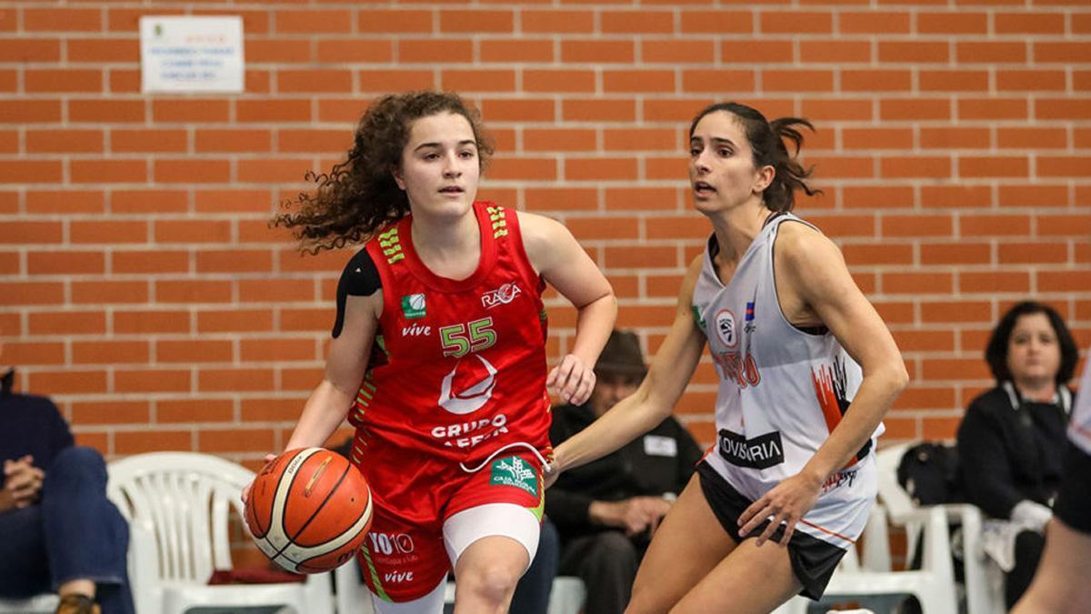 Andrea Alcántara, con el balón, en un partido del RACA Granada