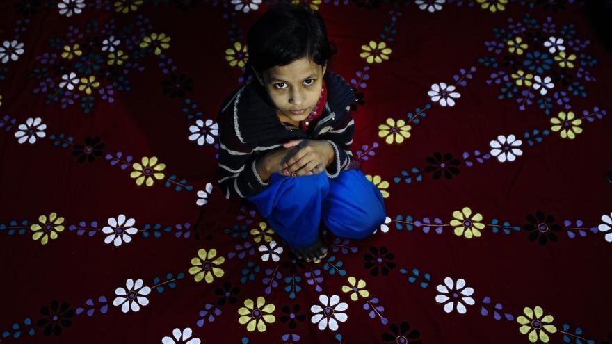 Mina, de 13 años, posa en uno de los 'hogares felices' de la ONG local Aparajeyo, financiada con fondos de la española Ayuda en Acción. Fue víctima de abuso en casa de la familia que le dio trabajo como empleada doméstica. / Zigor Aldama.