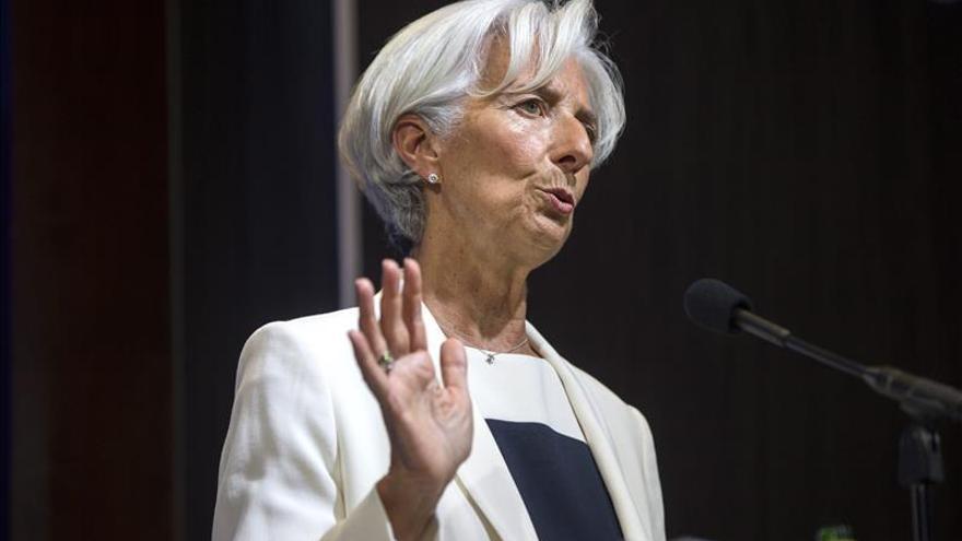 Lagarde viaja a Catar y Kuwait con la caída del precio de petróleo de fondo