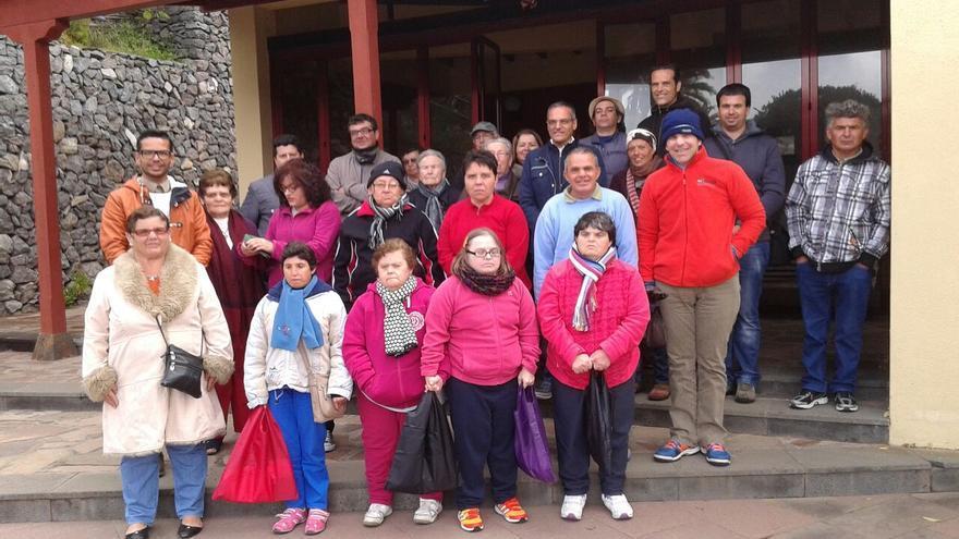Foto de familia junto al Centro de Interpretación de las loceras de El Cercado