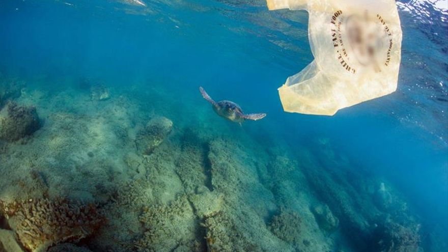 Greenpeace fleta un barco en Grecia para combatir el plástico en los mares
