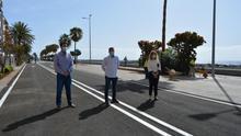 Borja Perdomo, consejero de Infraestructuras del Cabildo de La Palma; Juanjo Cabrera, alcalde de Santa Cruz de La Palma; y Raquel Díaz, consejera de Comercio, este viernes, en la nueva Avenida Marítima.