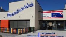 """Los padres de un colegio de Madrid protestan contra el cese de su director: """"Los niños viven el cole como su segunda casa"""""""