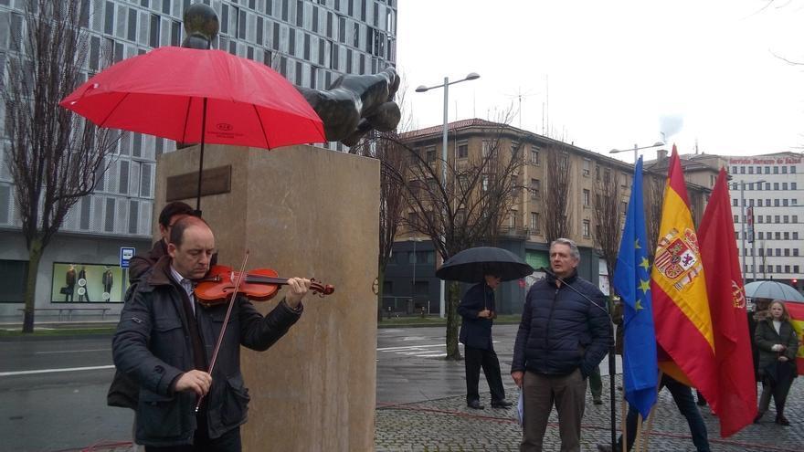 """Un homenaje recuerda en Pamplona a las víctimas de ETA y advierte contra """"el nuevo relato que quiere limpiar el pasado"""""""