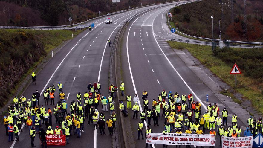 Operarios de Gamesa As Somozas cortan la autovía para pedir carga de trabajo
