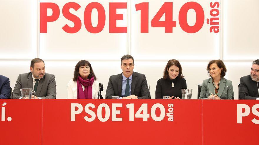 Pedro Sánchez junto a la cúpula del PSOE, de la que forman parte algunos de los ministros salientes, como Calvo, Ábalos y Uribes.