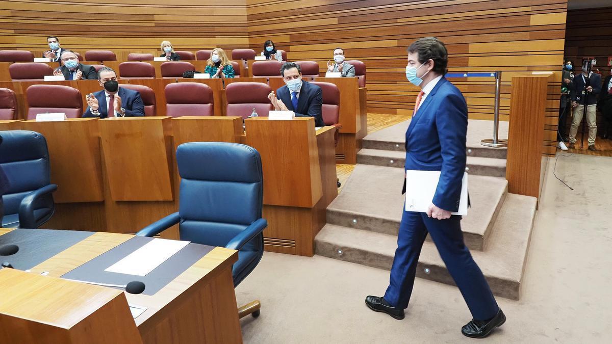 El presidente de la Junta de Castilla y León, Alfonso Fernández Mañueco, a su llegada a una sesión plenaria