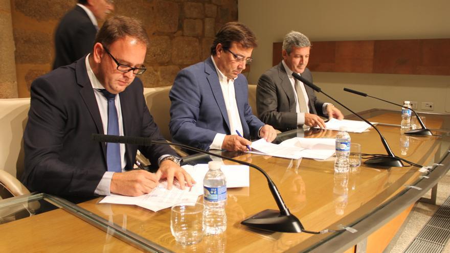 Firma del convenio en Presidencia de la Junta de Extremadura