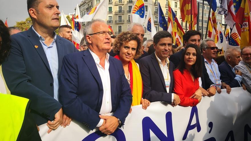 Miles de personas marchan en Barcelona por el Día de la Hispanidad