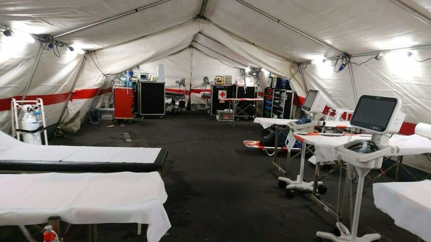 Camillas y otros materiales y equipos médicos ya instalados en la zona externa montada tras el incendio del área de Urgencias