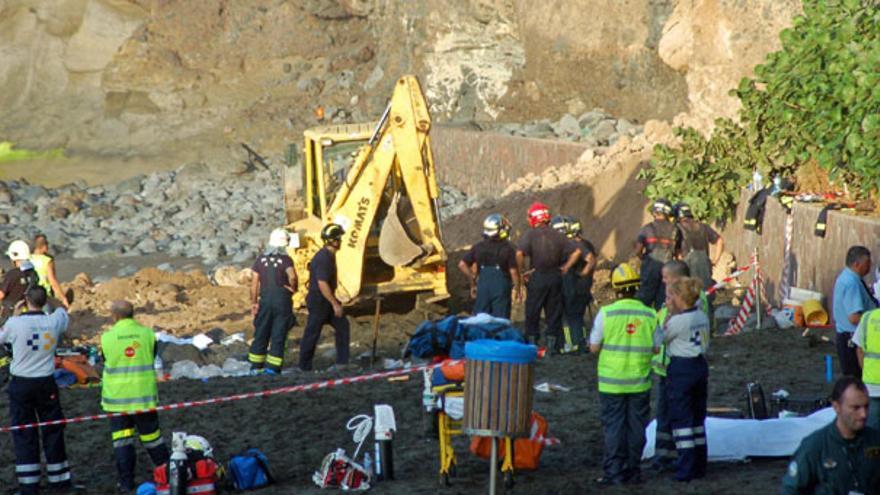 Labores de búsqueda el pasado domingo tras el desprendimiento de rocas. (ACFI PRESS)