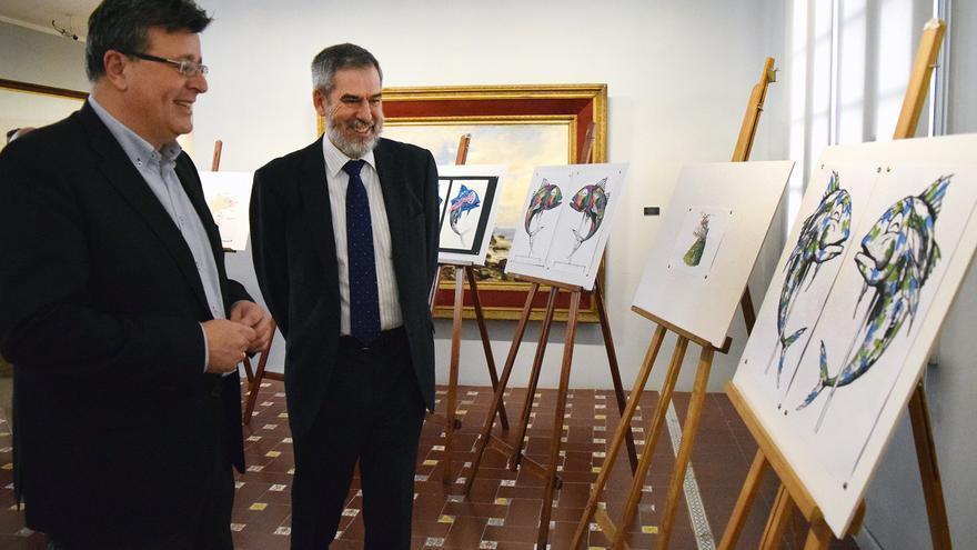 José Carlos Acha (izquierda), junto a los bocetos ganadores