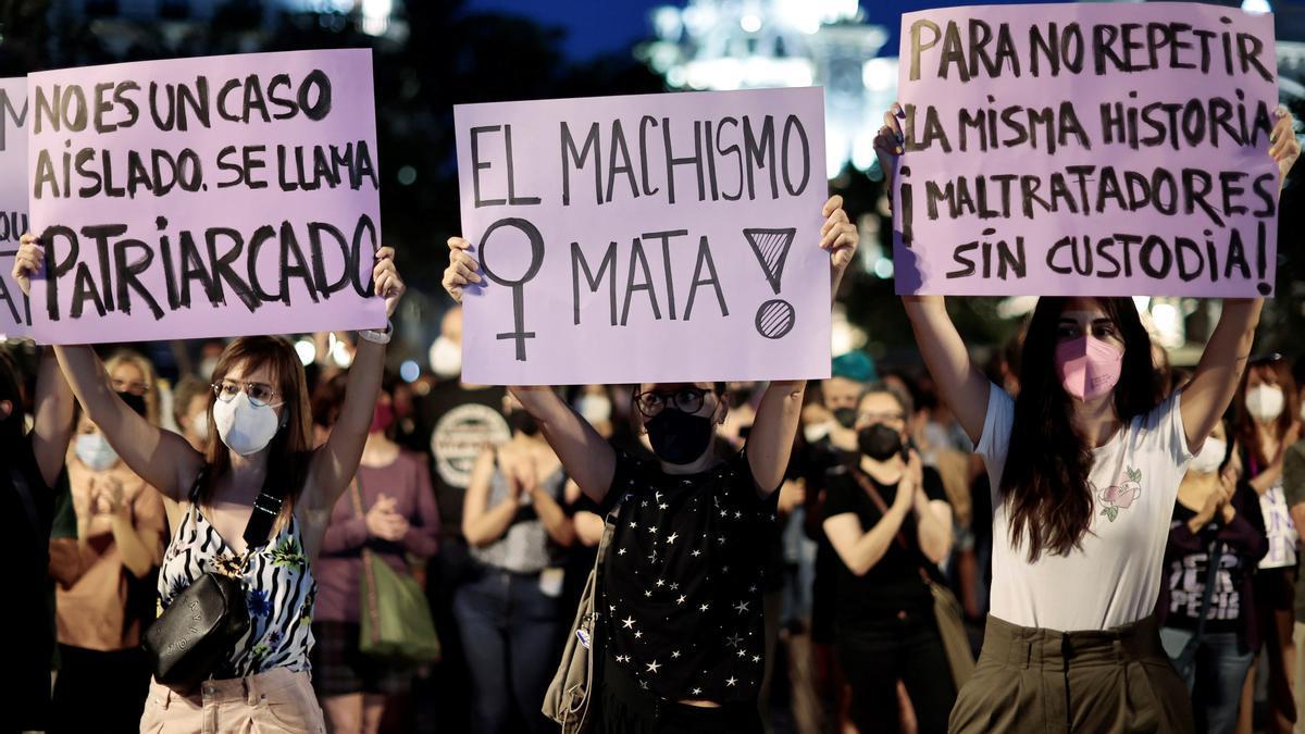 Vista general de la concentración convocada este viernes en la Plaza del Ayuntamiento de València tras el asesinato de Olivia