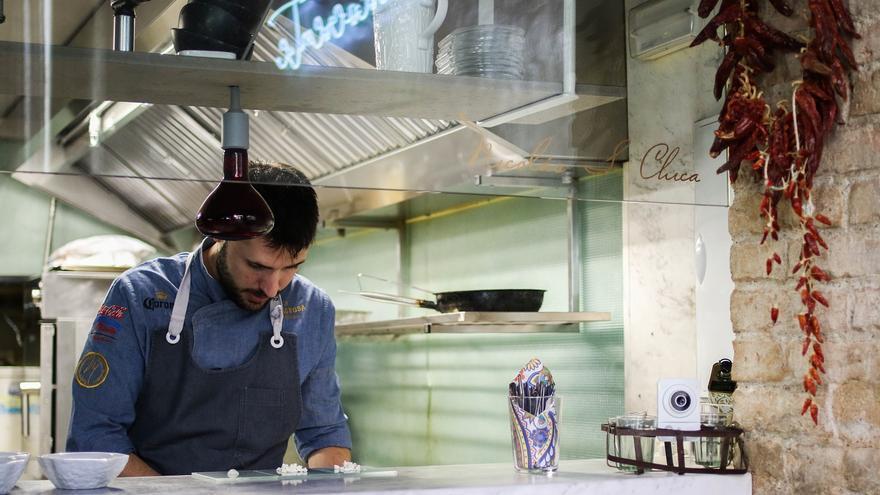 El chef Nicolás S. Chica en el restaurante La Milagrosa e Irreverente.