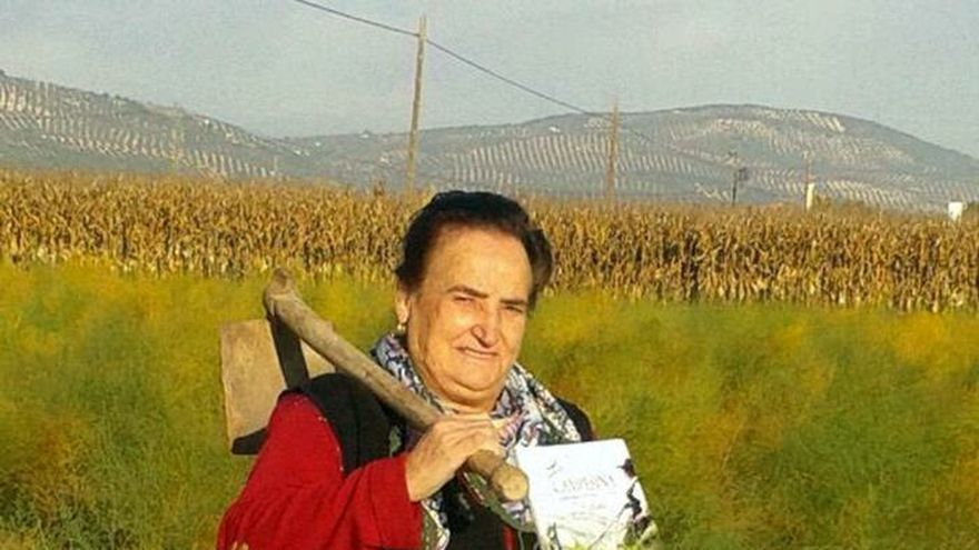 Una agricultora que no sabía leer ni escribir publica su tercer libro en Granada