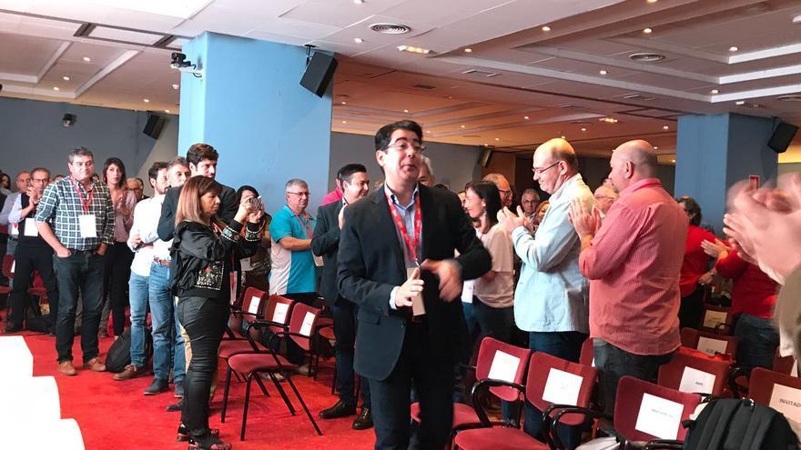 Pedro Martín, a su llegada a la sala en que se celebra el congreso insular del PSOE