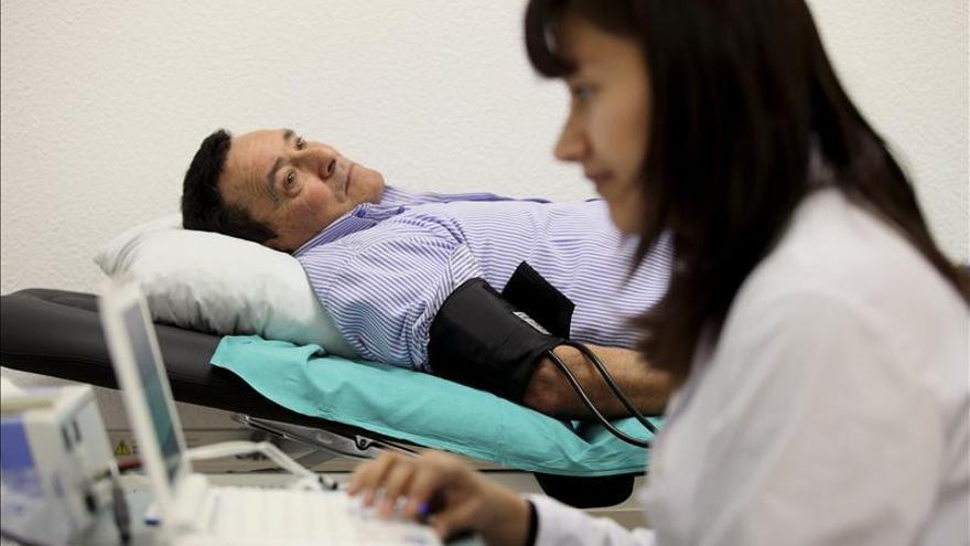 Un paciente ajeno a esta información se somete a una prueba cardiovascaular.