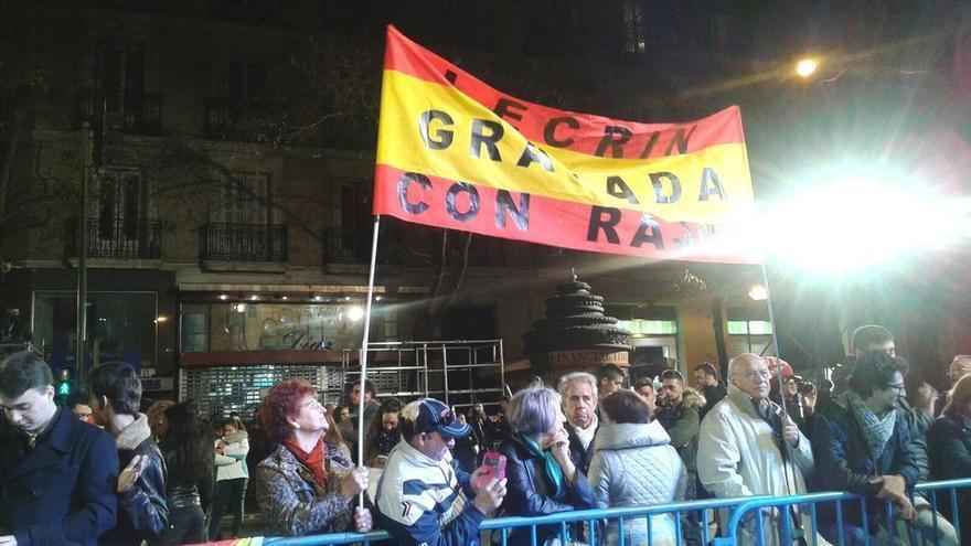 Menos de un centenar de simpatizantes del PP a las puertas de la sede de Génova en un ambiente poco festivo