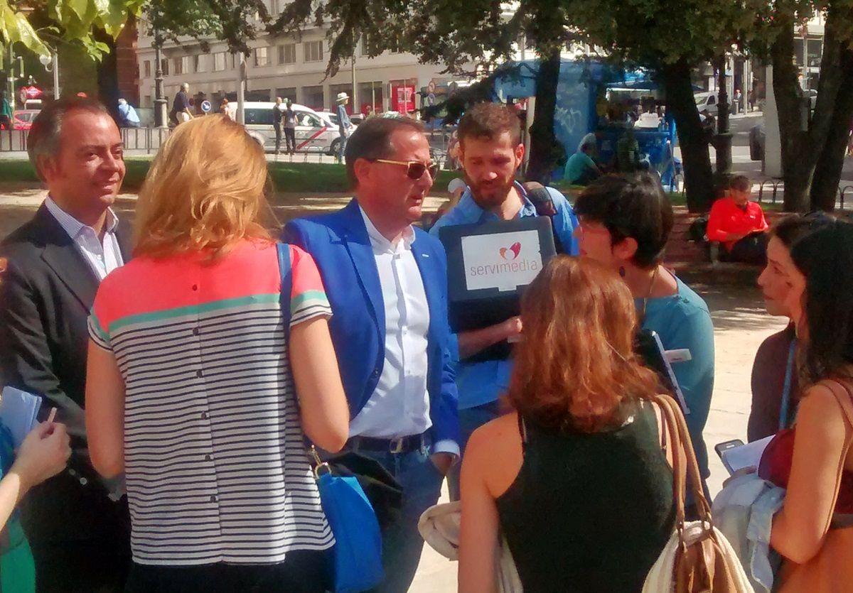 Trinitario Casanova, respondiendo a los periodistas en Plaza de España | FOTO: SOMOS MALASAÑA