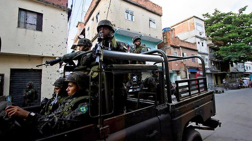 Ocupación por las fuerzas armadas del Complejo favelado da Maré en el año 2014, zona norte de Rio de Janeiro.   FOTO: Naldinho Lourenço.