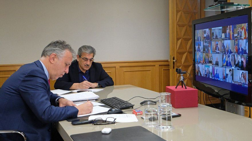 El presidente de Canarias, Ángel Víctor Torres y el vicepresidente Román Rodríguez en la videoconferencia de presidentes autonómicos con Pedro Sánchez.