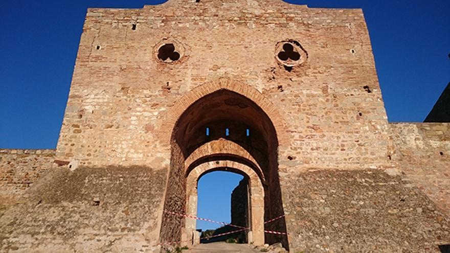 La porta d'Almenara del castillo está cortada por riesgo de desprendimientos