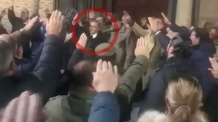 Ángel Jolín, Gerente de Vox en la provincia de Valladolid, brazo en alto, durante el homenaje a Franco