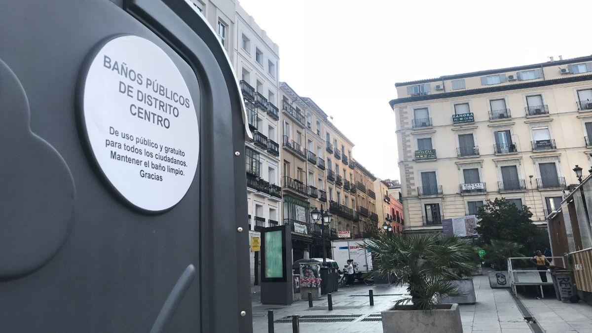Detalle del baño químico instalado en la Plaza de Pedro Zerolo   SOMOS CHUECA