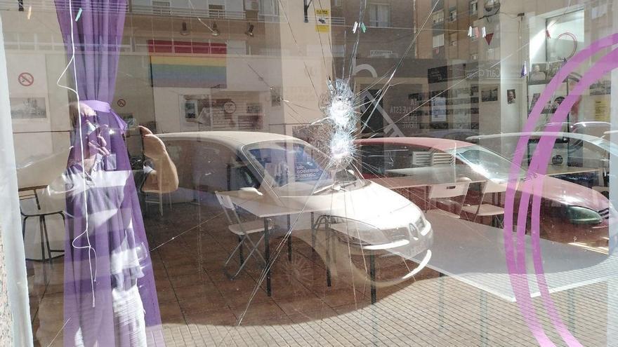 Sede de Podemos en Cartagena con los cristales rotos.