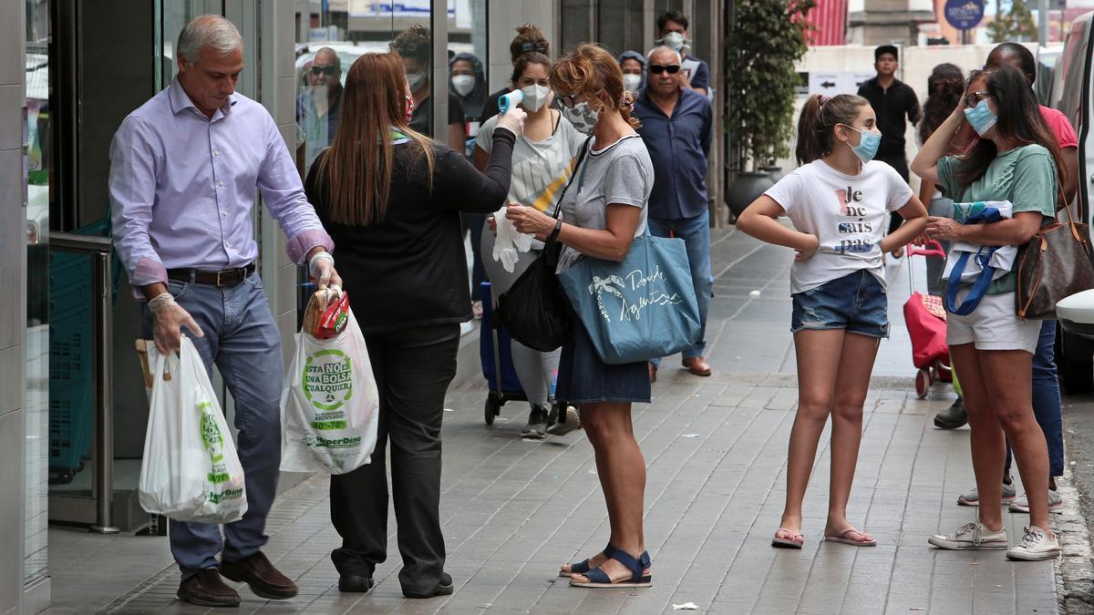 Personas con mascarilla en Las Palmas de Gran Canaria