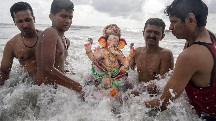 Cientos de miles de dioses contaminan las aguas indias