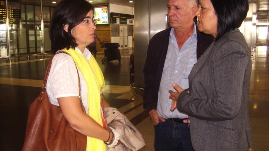 Las portavoz del Partido Socialista en el Cabildo grancanario, Carolina Darias, junto a la portavoz vecinal de Ojos de Garza, Margarita Alonso.
