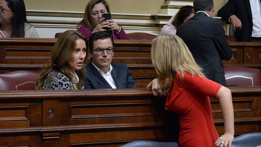 Dolores Alicia García y Pablo Rodríguez conversan con Rosa Dávila en el Parlamento de Canarias