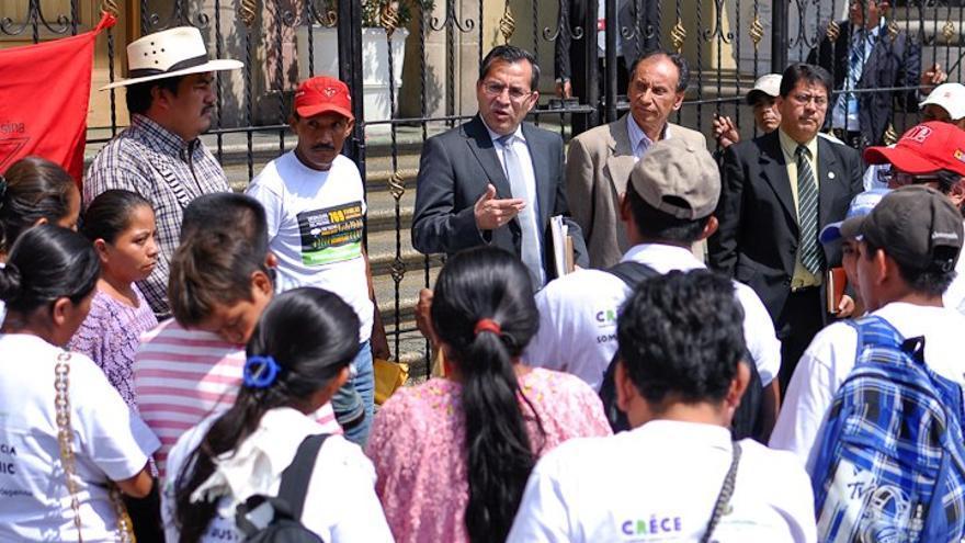 El Ministro de Agricultura de Guatemala, Elmer López, recibe a las familias desalojadas de Polochic ante el palacio presidencial.