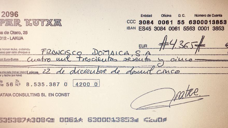 Cheque a nombre de la joyería Domaica de Vitoria pagado con dinero de Zambrana