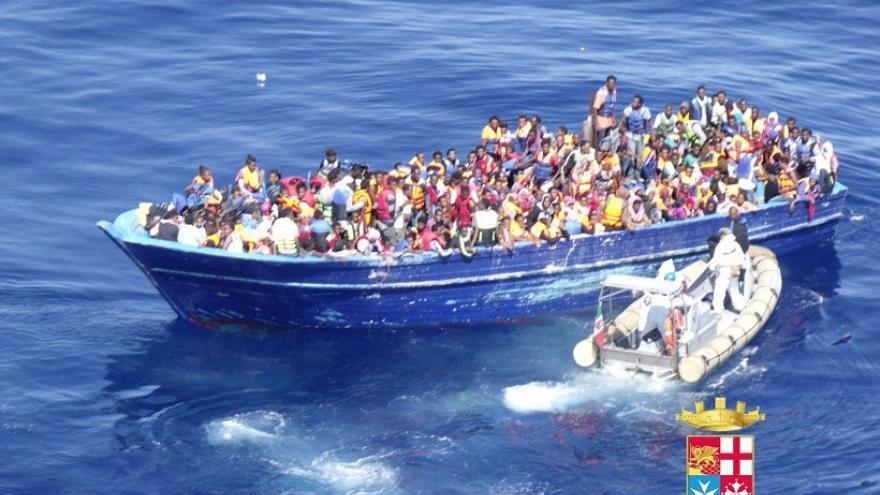 Una de las embarcaciones que han tenido que ser rescatadas este sábado en aguas del Mediterráneo. Fuente: Marina Militare