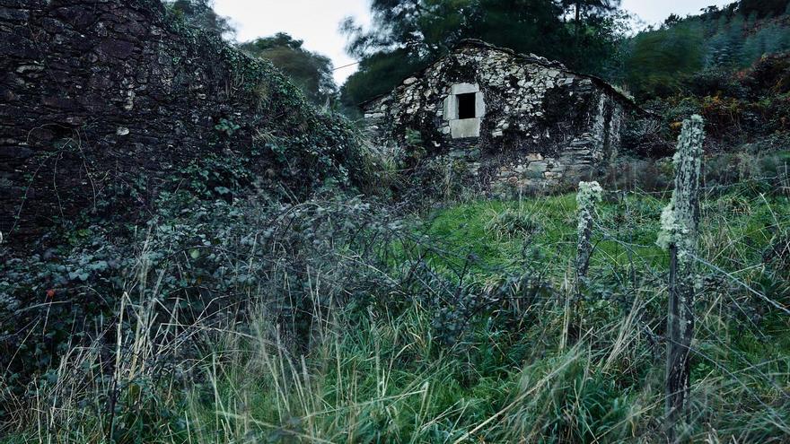 O Candedo , Ourol, Lugo, 16.4.1938. Tres mujeres de la familia Casabella, María Xosé, Felicitas, su hija, y Encarna, su nieta, de 13 años, fueron asesinadas por falangistas. Acto seguido mataron el ganado y quemaron la casa y el trigo. Los falangistas intentaban cercar al miembro de la UGT Alejandro Templás. Templás escapó mal herido y murió poco después cerca de Ourol. Los cuerpos desaparecieron.
