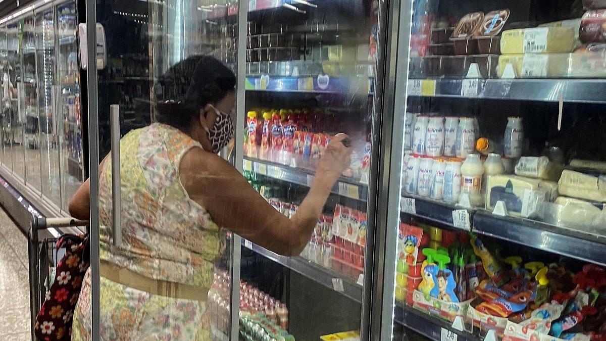 Una persona compra en un supermercado.