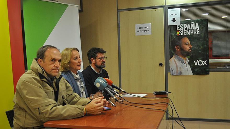 Los tres diputados para el Congreso de Vox por Murcia, Luis Gestoso, Lourdes Méndez y Joaquín Robles enfocada