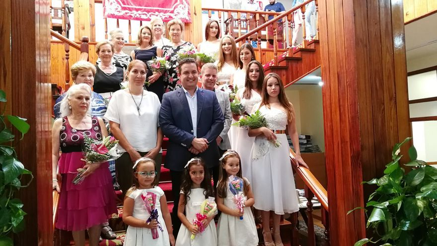 Foto de familia con las candidatas a reinas en las fiestas mayores de Arona 2017