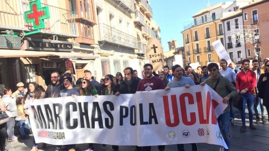 Estudiantes de la UCLM al paso de la marcha por  Zocodover