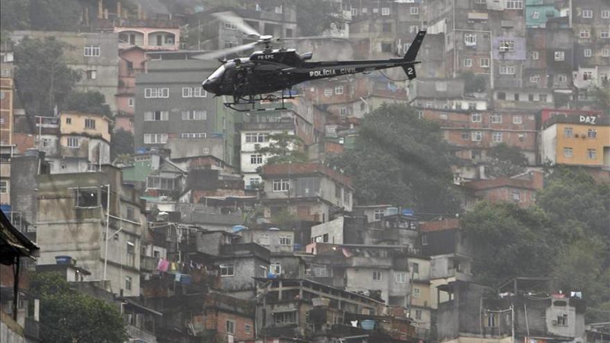Sustituyen a policías de la mayor favela de Río tras denuncias de torturas