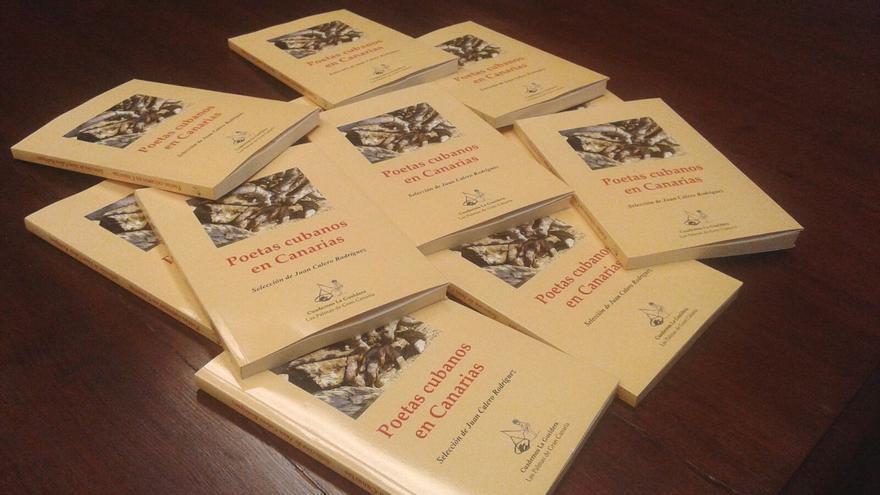 En la imagen, ejemplares de 'Poetas cubanos en Canarias'.