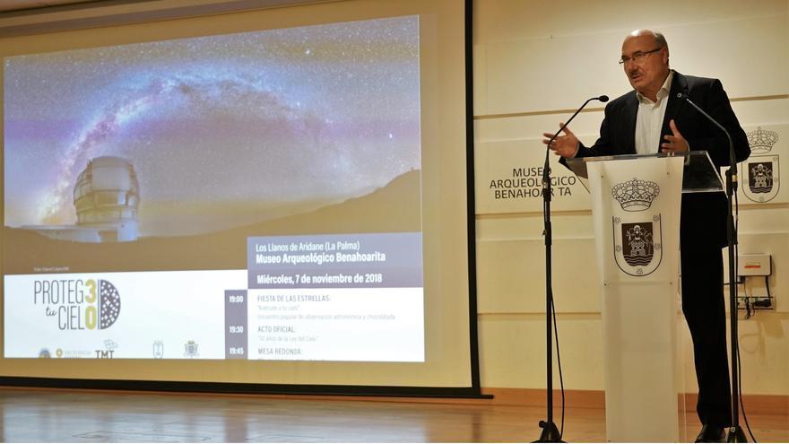 Rafael Rebolo en el acto oficial '30 años de la Ley del Cielo' en Los Llanos de Aridane. Crédito: Iván Jiménez Montalvo (IAC).