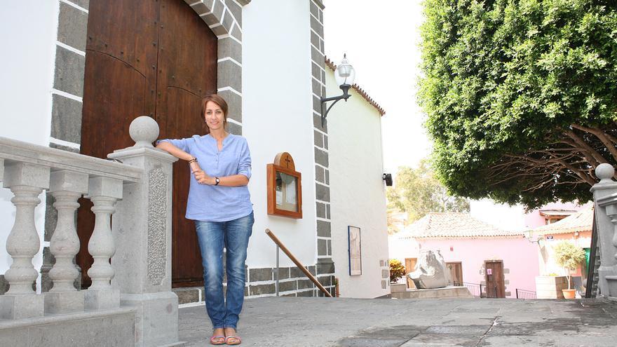 Onalia Bueno, alcaldesa de Mogán, en la iglesia del pueblo (ALEJANDRO RAMOS)