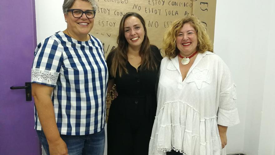 Ángela González Álvarez con la alcaldesa (i) y la concejal de Cultura.