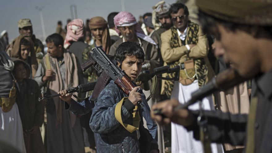 Un niño yemení sostiene un arma entre un grupo de rebeldes hutíes en Saná (Yemen), en noviembre de 2017