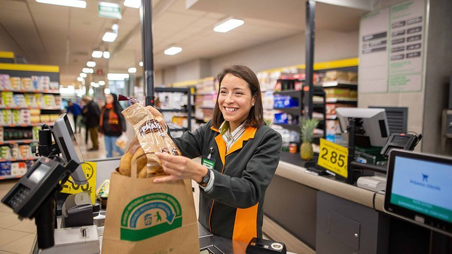 Mercadona comienza a dispensar bolsas de papel reciclado a sus clientes