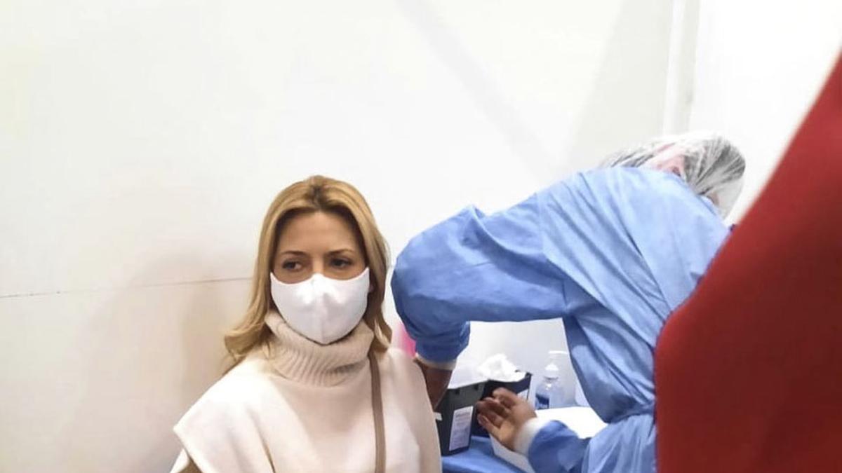 Fabiola Yañez al momento de recibir la primera dosis.