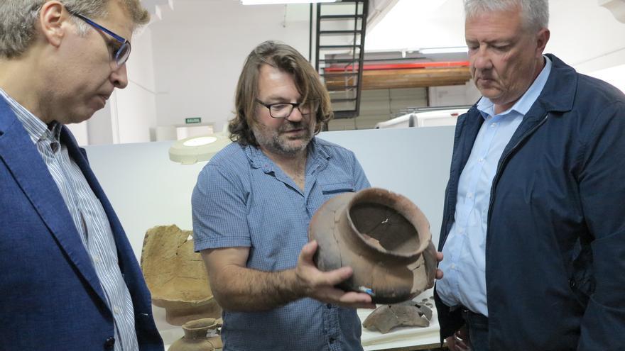 El arqueólogo Marco Moreno, con una de las piezas recuperadas en el yacimiento